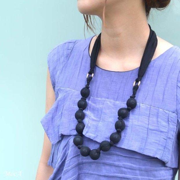 軽く動きやすいコーデが増えてくる春夏は、アクセサリーも肩ひじはらず、気軽に身につけられるものがいいですよね。そこで今回は、お家にある布で作れる「ラッピングネックレス」をご紹介します。