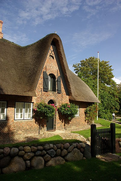 Thatched house in Sylt, Germany #cabinmax http://cabinmax.com/en/backpacks/68-sylt-0616983191613.html