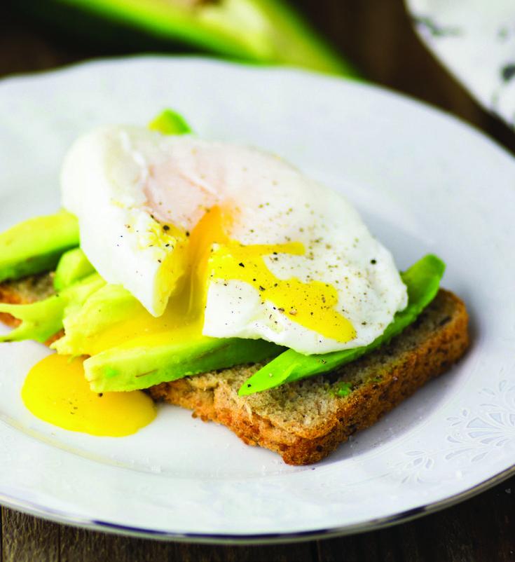 Café da manhã completo: torrada de ovo poché com abacate