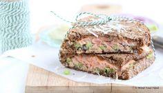 Een luxe lunch met dit recept voor tosti met gerookte zalm, avocado en Parmezaanse kaas. Met goed stevig brood en wat truffelmayonaise erbij.