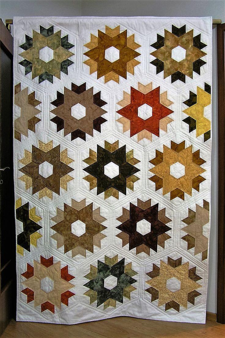 Day Break Stars  Tento quilt byl dokončen v březnu 2016. Začala jsem na něm pracovat v prosinci loňského roku a práce to byla veskrze veselá a poměrně snadná (až na to quiltování na stroji s krátkým ramenem - už nikdy více :-)) Má rozměry 137 x 212 cm a na to, jak krátce je na světě, už si stihla zažít i několik horkých chvilek.