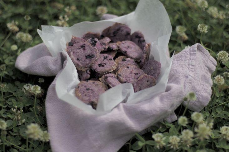 Черничное печенье с тимьяном. Готовится по той же схеме , только вместо миндаля - фундук, а вместо черной смородины - черника. Ну и тимьян, конечно.