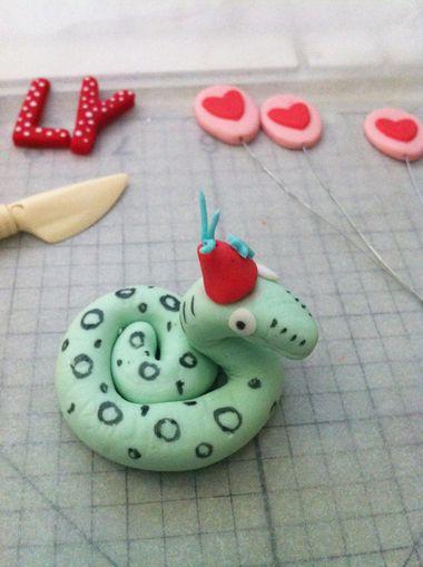 how to make fondant snake for cupcake topper