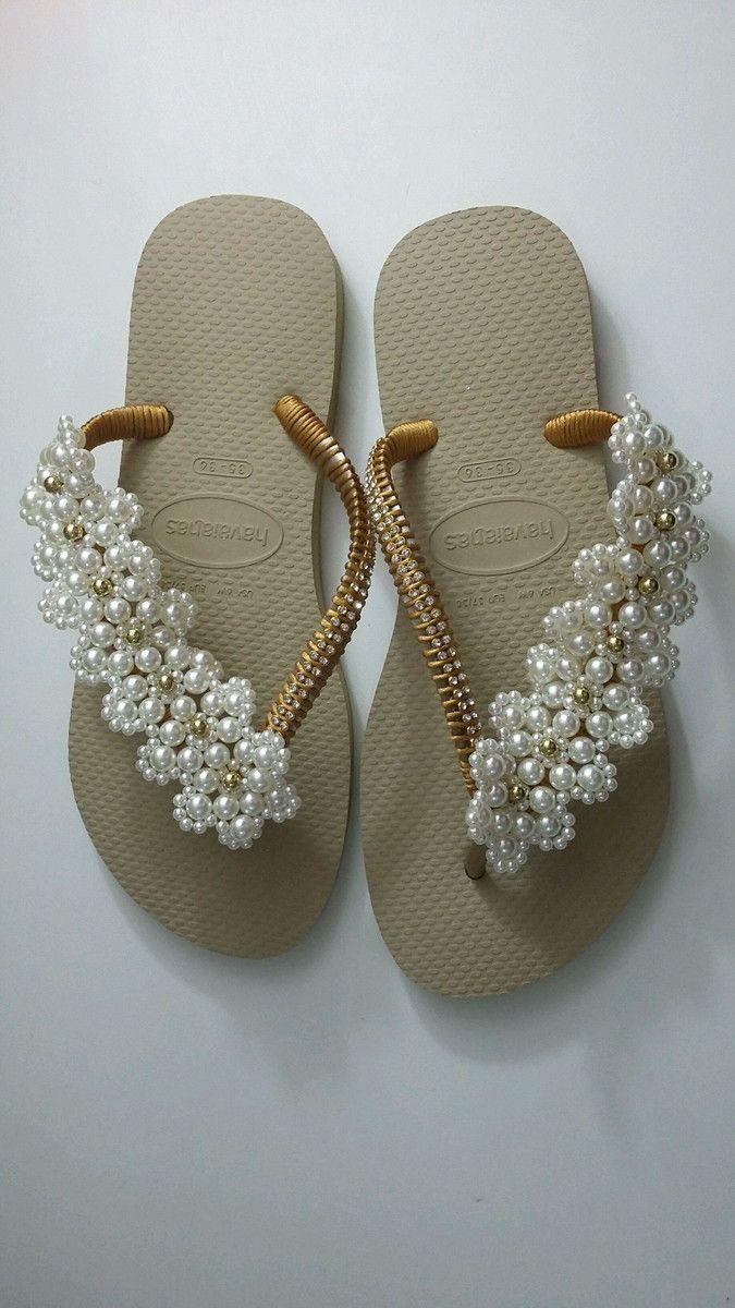 5ee08a2db5 Chinelos havaianas decorados com pérolas costuradas com fio de naylon nas  tiras dos chinelos. Esta