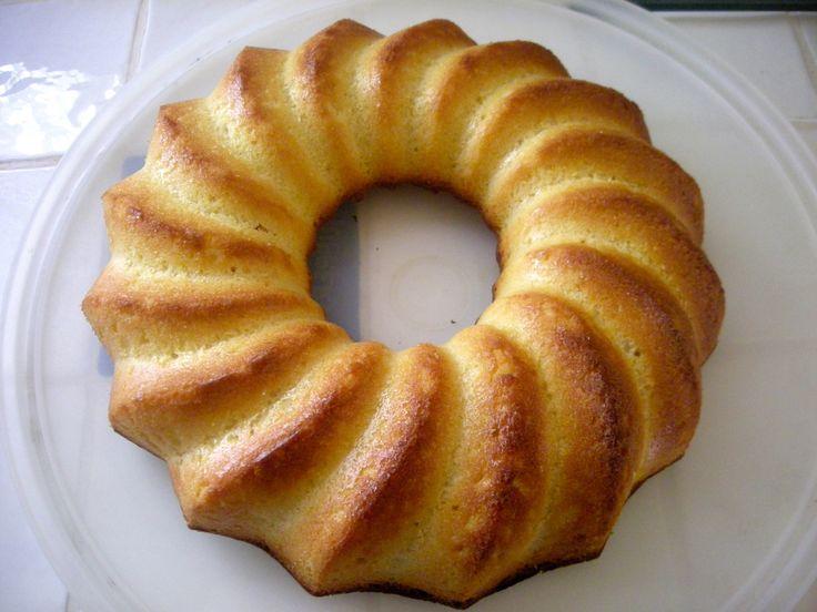 Ingrédients: 3 citrons bios (zestes + 110 g de jus) - 180 g de beurre pommade - 180 g de sucre en poudre - 180 g de farine tamisée - 1 sachet de levure chimique - 4 oeufs - beurre pour le moule. Préchauffer le four à 180°C. Zester les citrons et presser...