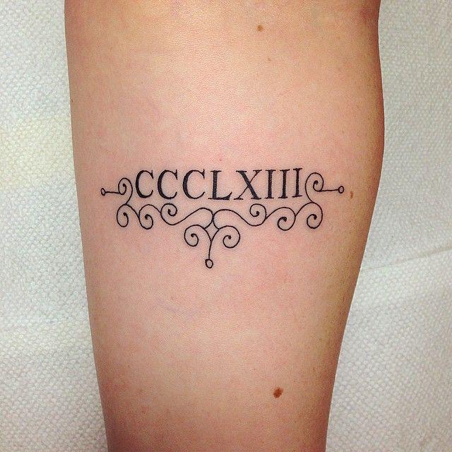 Date de naissance tatoué dans le creux du bras avec des arabesque https://tattoo.egrafla.fr/2016/01/08/tatouage-chiffre-romain/