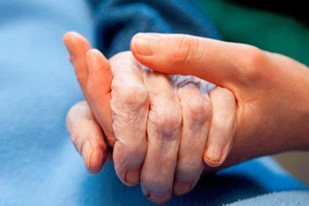 Cuidarse para poder cuidar a un enfermo crónico o una persona dependiente sin enfermar ni estar reventada. Los mejores consejos para cuidar al cuidador.
