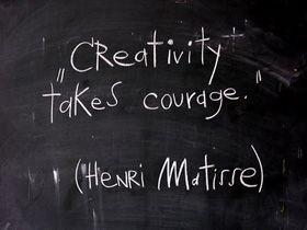MUY CIERTO: la creatividad necesita coraje... o HUEVOS. Henrique Oliveira.
