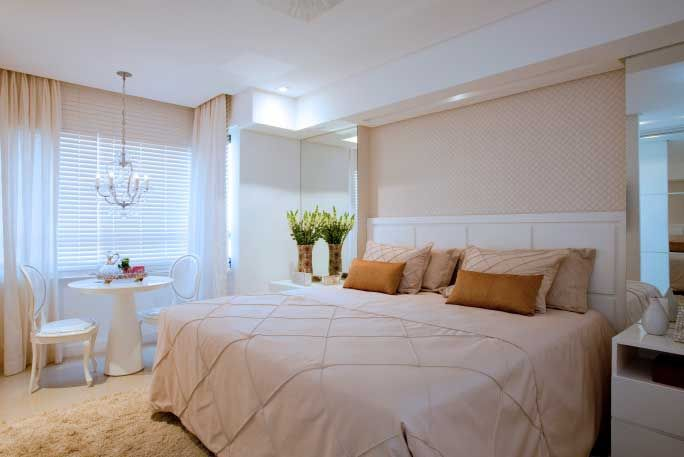 O casal queria um quarto integrado com a varanda do apartamento e, dentro do ambiente, uma mesa para café da manhã. Para o espaço de 15 m², as profissionais Andrea Lago e Priscila Diniz optaram por uma cabeceira com acabamento de laca.