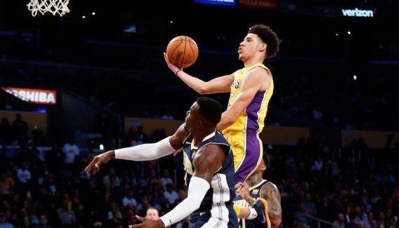 Les images de la blessure de Lonzo Ball -  La présaison a tout juste démarré mais les docteurs des Lakers sont déjà bien occupés. Contre les Nuggets lundi (défaite 107-113), Larry Nance Jr (entorse de l'index droit) et Lonzo… Lire la suite»  http://www.basketusa.com/wp-content/uploads/2017/10/ball-nuggets-570x325.jpg - Par http://www.78682homes.com/les-images-de-la-blessure-de-lonzo-ball homms2013 sur 78