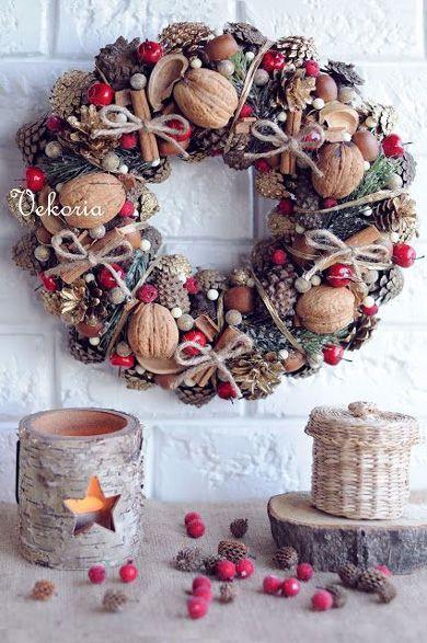Как сделать рождественский венок из орехов, шишек и веревки.