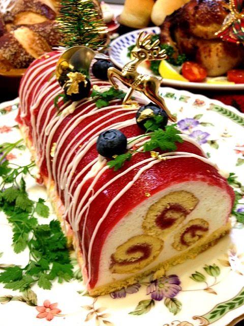全部手作りクリスマス、ケーキアップ見たことある人いるかな。 前回は、ホワイトチョコのムースで作りましたが、今回は水切りヨーグルトを使ってムースを作りました。 ちょっとヘルシーにしてみました。(*^^*)この色調は、まさにクリスマスです。 - 392件のもぐもぐ - 全部手作りクリスマス〜ラズベリーとヨーグルトの真っ赤なケーキ〜 by かず