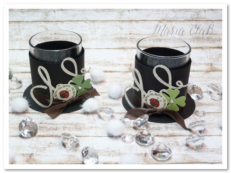 papierrascheln.blogspot.de 》Zylinder-Teelichter mit espressofarbenen Saumband, Glitzerpapier und Glücksbringer, wie Klee und Marienkäfer.