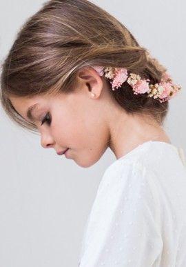 Flores, un detalle que siempre combina en el cabello de las niñas que comulgan, ¡mirad que guapa va!