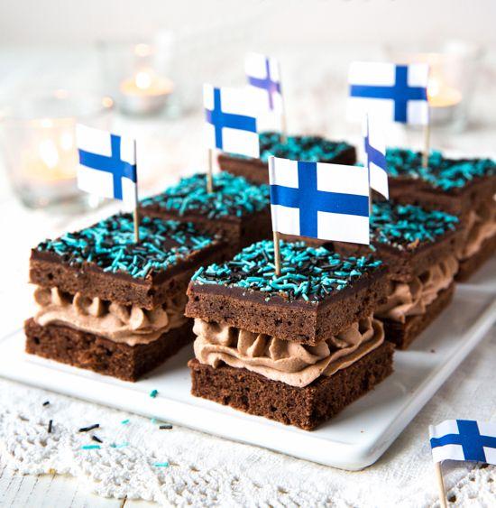 Mokkapalat, täytettynä mokkavaahdolla - voiko näitä muka vastustaa? En ainakaan minä pystynyt, kun Kinuskileipomo Helmiina's Bakery julkaisi tämän tapaisen reseptin nuorten tempauksessa. Päädyin koristelemaan leivokset itsenäisyyspäivän teemalla, sillä sinivalkoiseen juhlaan sopii klassikko - vaikkakin hieman uudistettuna. Vinkki: Jos haluat esivalmistella leivokset ennen juhlia, voit leipoa kansi- ja pohjaosat valmiiksi tarjoilupäivän aamuna. Mokkavaahdon voi laittaa pursotuspussissa […]...