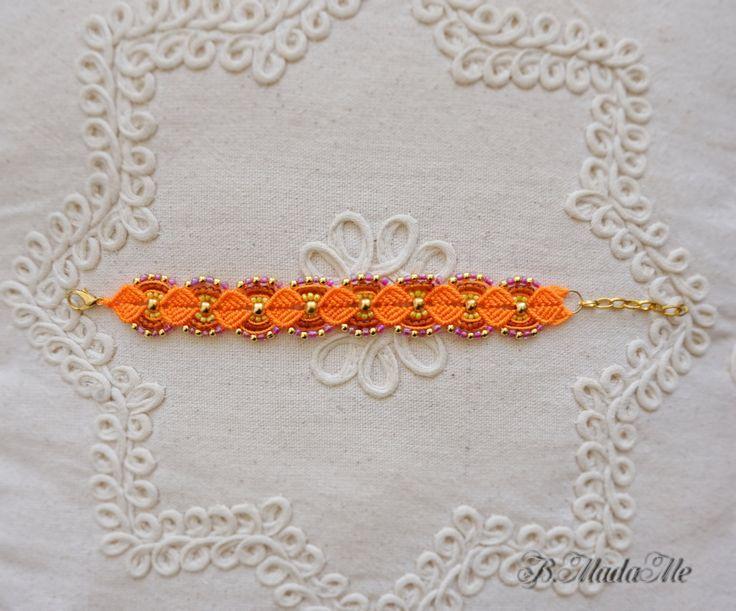 ❁ Boho chic macrame bracciale ❁ succosa arancione bracciale ❁ estate ispirazione ❁ graziosissimo braccialetto ❁  Bella arancione a mano micro macrame Bracciale con perline di vetro e metallo.  Perle di vetro sono multi-colore: giallo, arancio e lilla.  La lunghezza è di 18 cm e 5 cm estensione di catena di metallo oro aggiuntivo. Perfetto da abbinare con orecchini dallo stesso negozio B.MadaMe: > https://www.etsy.com/listing/456318854/sweet-micro-macrame-earrings-w...