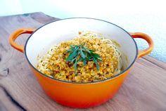 Ob gelb, braun, rot, grün oder schwarz, wenn es mal kein Fleisch sein soll, eignen sich Linsen perfekt als alternative Proteinquelle. Die sättigende Wirkung der kleinen Hülsenfrüchte beruht auf ihrem hohen Ballaststoffanteil. In Kombination mit Thunfisch ist dieses Gericht also ein super Energielieferant. Dieser enthält außerdem die essentiellen Omega-3- Fettsäuren. Als Nudelsosse oder für Currys eignen sich vor allem rote Linsen, da sie nur eine sehr kurze Garzeit haben und beim Kochen…