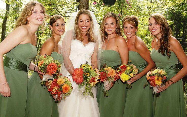 Dark Green dresses for bridemaids, sunflowers bouquets
