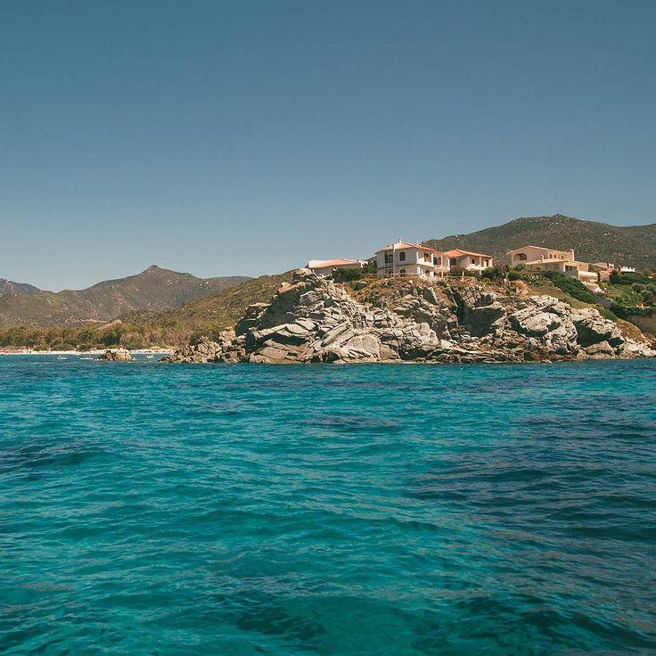 Acqua vento e roccia {1/3[12/]} (Sardegna)  Vedere le coste dal mare ha un fascino tutto suo! Posti che conosco benissimo assumono forme diverse da come le percepisco mentre sono li! Coste della Sardegna!  1 immagine al giorno per 3 giorni così compongo una riga del mio profilo Instagram. Ogni riga rappresenta un racconto un viaggio o una visione. Ogni immagine è un mio scatto. www.outlayer.it // http://out.outlayer.it/2npHKkI  #sardegna #sardinia #mare #italia #sole #spiaggia #estate…