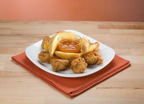 Золотистые куриные кусочки в сухарях с абрикосово-горчичным соусом