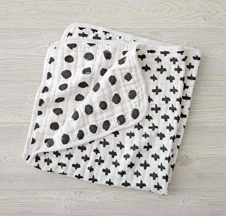 Adorned with playfully illustrated patterns by artist Ashley Goldberg, our Freehand Stroller Blanket is a perfect blend of super soft comfort and super charming design. Made from 100% cotton muslin, it's perfect for keeping little ones swaddled and cozy, while also preventing them from getting too warm.