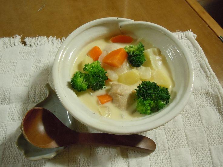 【nanapi】 クリームチーズをルーに使ったシチューの作り方について説明します。ほのかな酸味が食欲をそそります。材料(4人分)クリームチーズ:1箱(200グラム)ジャガイモ:3個にんじん:1本玉葱:1個ブロッコリー:1/2株鶏肉:300グラムチキンコンソメ:2個鶏肉...