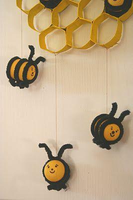 Пчеличките са направени от кутийката на шоколадовите яйца, а питата от картона на т. хартия.