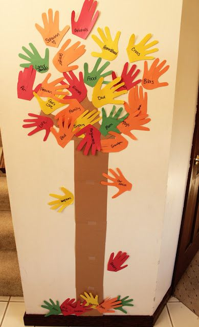 How to make a #thankful tree for your family using the hand prints of your kids #fall #thanksgiving