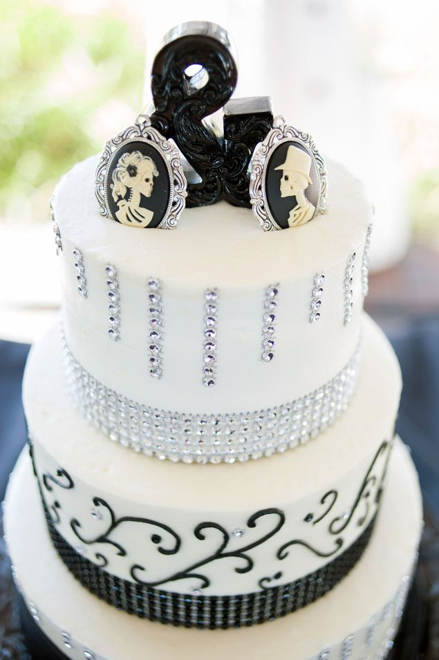 Black and White Wedding Cake  | PHOTO SOURCE • ANNE LILES PHOTOGRAPHY | Featured on WedLoft
