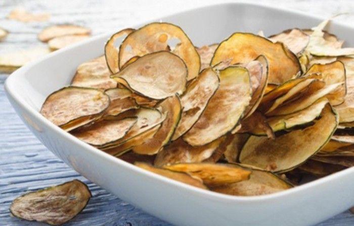 Bez oleje připravené chipsy z cukety. Vynikající křupavá pochoutka.