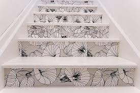 contre marches papier peint graphique noir et blanc sur escalier blanc.