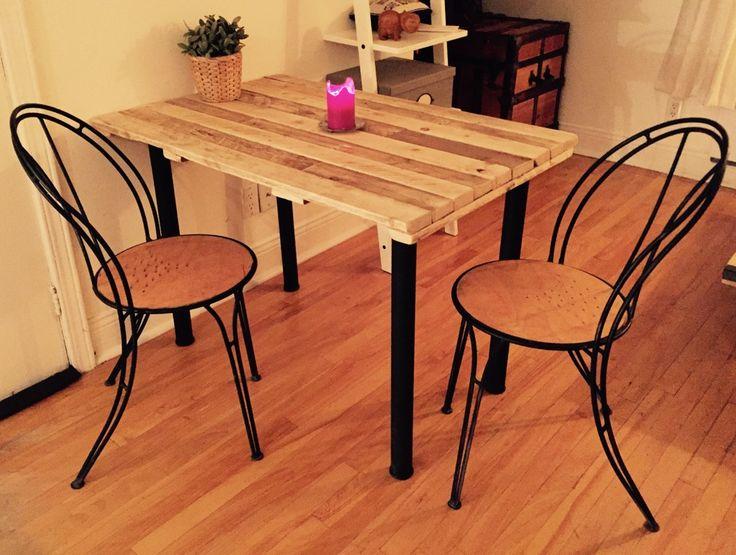 Table à manger faite à partir de bois de palettes, dont les lattes avaient une double teinte naturelle. En plaçant les lattes de façon créative, une oeuvre se crée! Création : Voisins et Scies voisinsetscies@gmail.com