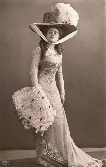 В конце 1900-х годов шляпы значительно увеличились в размерах.