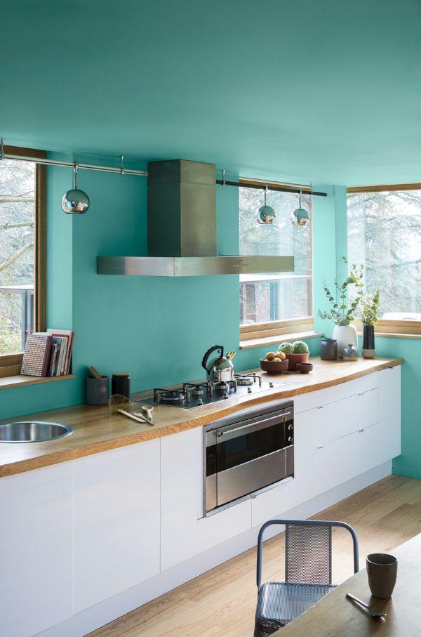 Apportez De La Fraicheur Et De L Originalite A Votre Cuisine Avec Un Bleu Vif Applique Aux Murs Et Au Plafond Cuisine Bain R Peinture Cuisine Cuisine V33