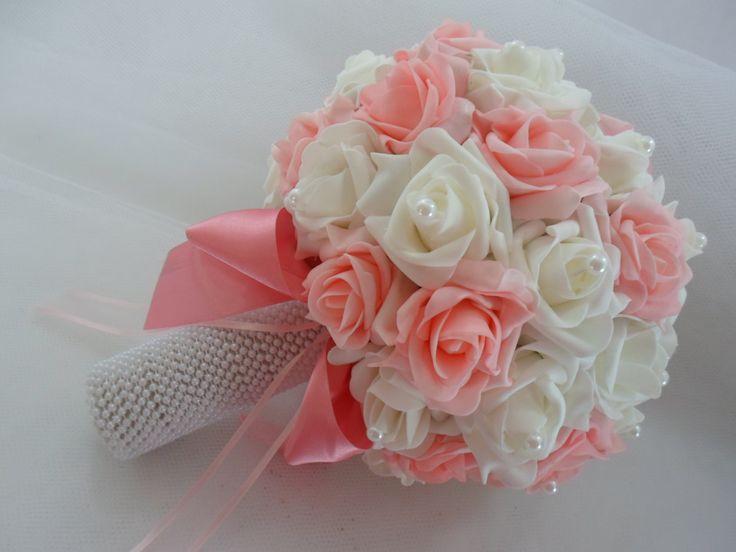 Lindíssimo buquê de noiva confeccionado com rosas em eva . Disponível nas cores do modelo (rosa com branco) e nas cores vermelho,branco, e rosa e vermelho e branco. <br>Cabo todo em pérolas. <br>Fazemos o buque para daminha (40,00)