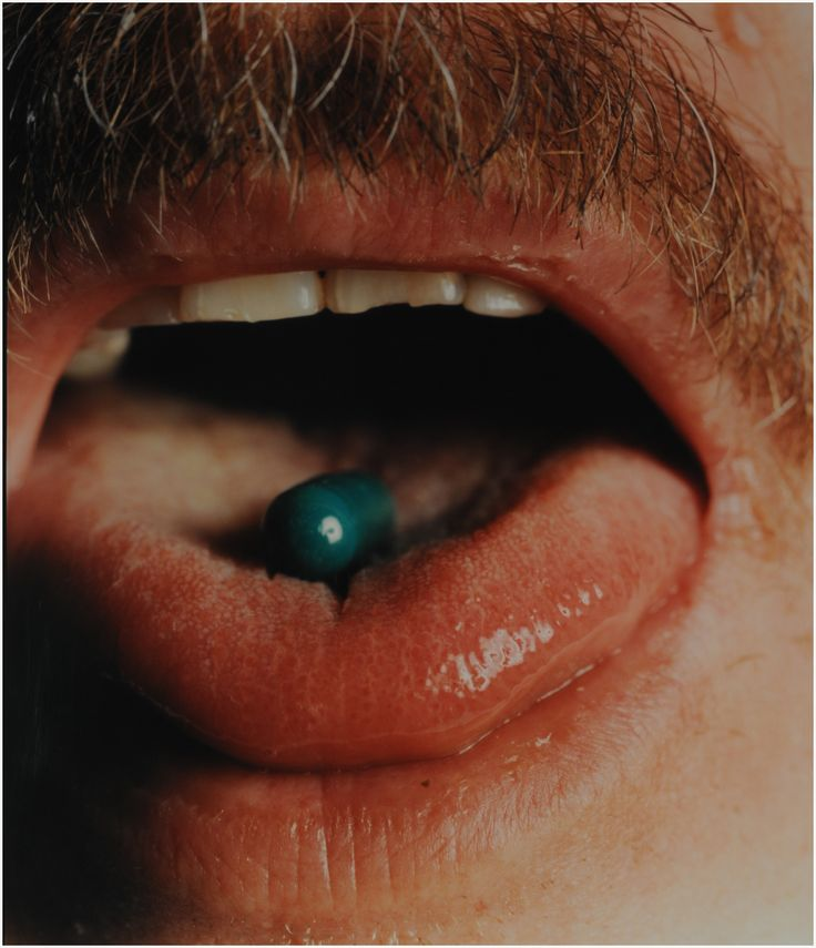 "| Alejandro Kuropatwa | ""Boca con pastilla verde"" | Fotografía sobre papel | soporte: 109 x 107 cm imagen: 107 x 91,5 cm. | Inv. 10106 | http://www.mnba.gob.ar/coleccion/obra/10106 |"