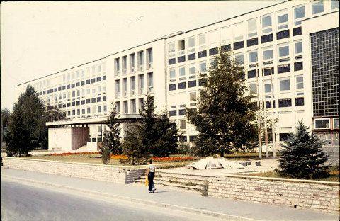 Az iskola 1977-ben.