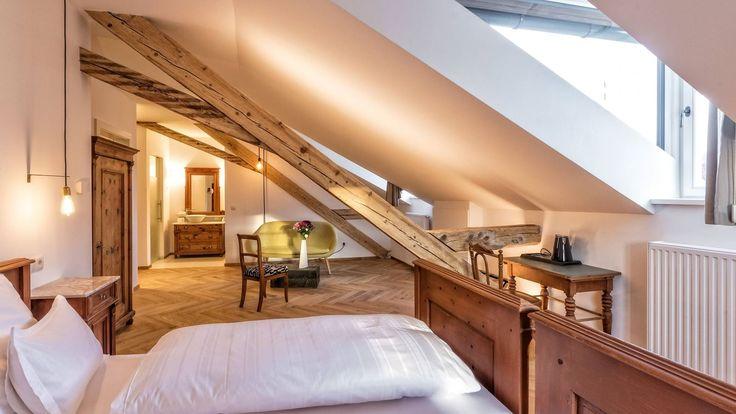 Una vecchia casa di montagna rinasce a nuova vita grazie a un'attenta ristrutturazione e si trasforma in un B&B con suggestive stanze in mansarda.