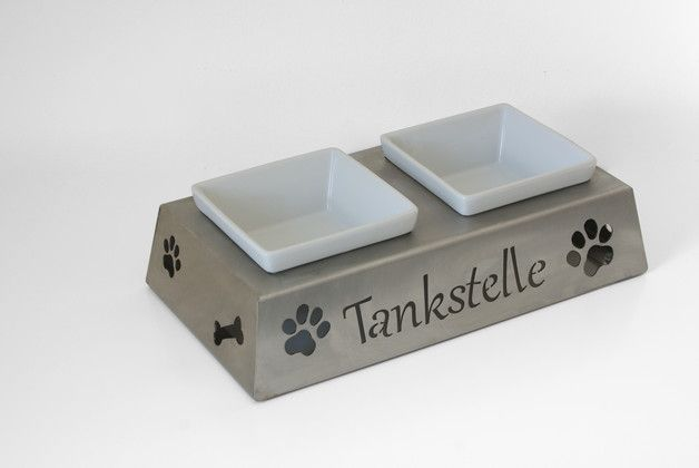 Es handelt sich hierbei um eine hochwertige Futter- und Trinkbar. Diese ist für Hunde und Katzen geeignet. Die beiden Näpfe sind aus robusten Keramik. Das Blechmaterial des Napfhalters besteht...