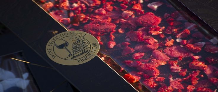 Σοκολάτα υγείας 66% με κομμάτια φράουλας freeze dried και ζαχαρωμένα πέταλα βιολέτας. Συνδυάστε με κρασί pinot noir