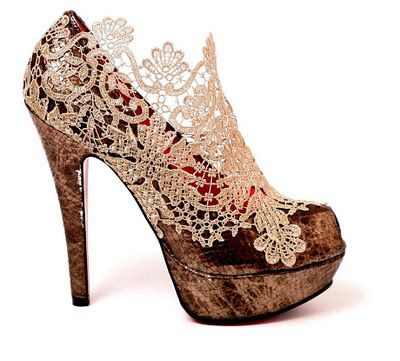 Model Antik Piombo . This design is characterized by abotinado and manufactured in silver python with external platform and heel of 16 cm. It is also adorned with lace mesh sewn by hand. It is also the designer Ursula Mascaro and price amounts to 320 euros