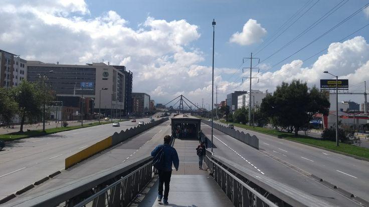 La Autopista norte y la estación de la calle 100 de Transmilenio en Bogotá.