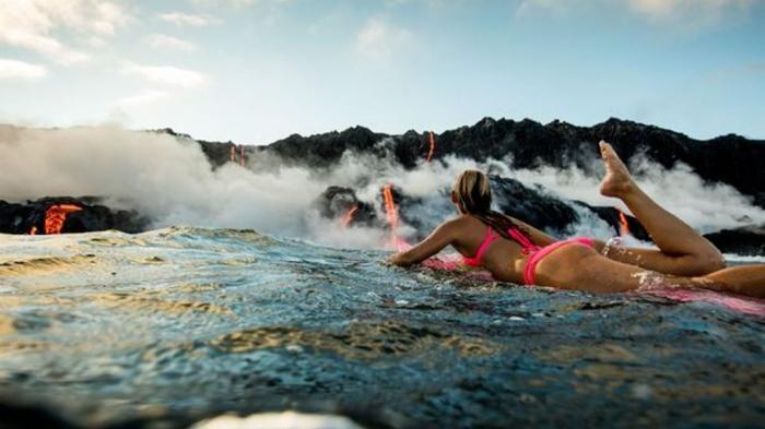 Surfing Menantang Maut - Gila! Perempuan Ini Berselancar Saat Gunung Meletus