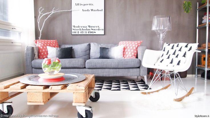 """""""HurmaavanValkeaa"""" raikasti olohuoneen sisustusta pirteillä tyynynpäällisillä ja tulppaaneilla. #olohuone #kodinsisustus #kevät #kuormalava"""