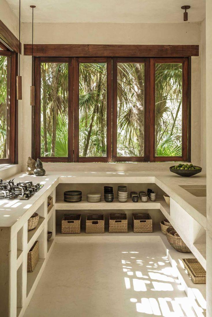 Decoração de casa minimalista. Na cozinha, janela de madeira e vidro, luz natural, bancada branca e cestos. #decoracao #decor #casadevalentina #minimalista