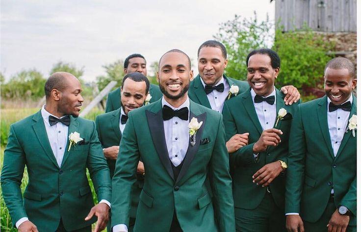 Noivo e padrinhos de terno verde
