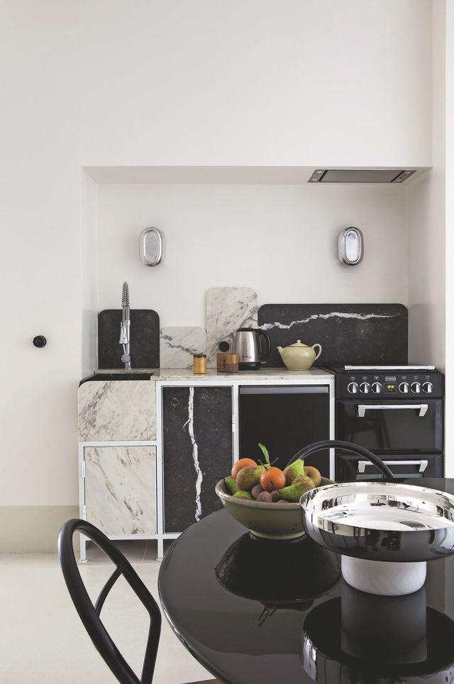 Canon cette cuisine ouverte en marbres noir et blanc !