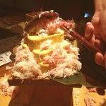 居酒屋 日本一 - 札幌で食べたズワイガニ盛り!厚焼きたまごの上にズワイガニ盛り放題〜。楽しい演出で盛り上がります。