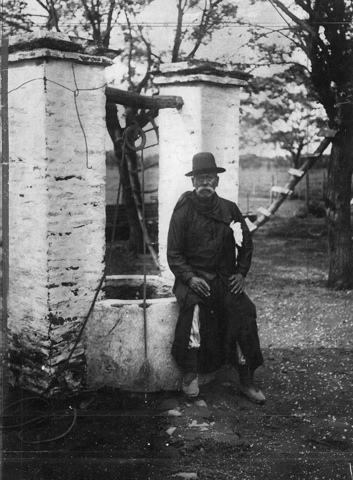Don Segundo Sombra (Segundo Ramírez, paisano de San Antonio de Areco en quien se inspiró Ricardo Güiraldes para escribir su famosa novela) en su casa de campo, diciembre 1927