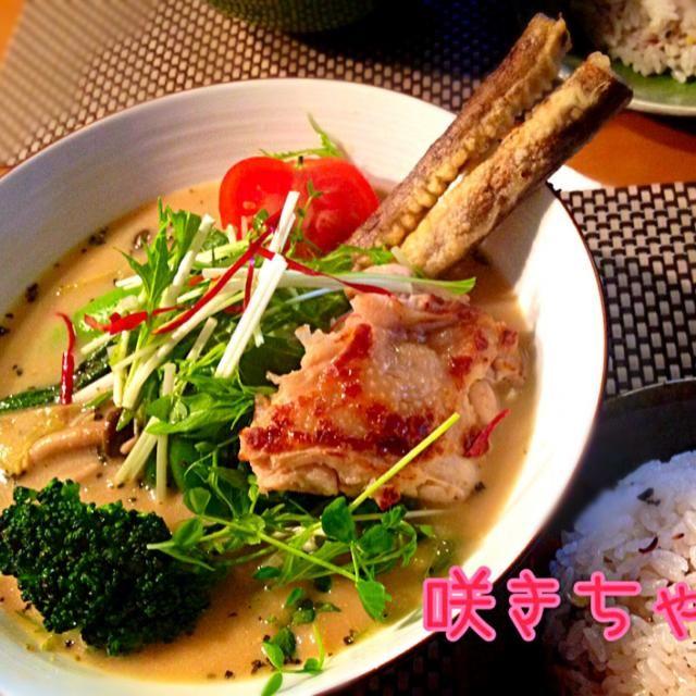 アゴの煮干しから出汁を取り、鶏肉を焼いて日本酒で蒸した後の汁と混ぜ合わせてスープベースに。それに、カレー粉やカルダモン、クミン、クローブなどの各種スパイスを入れ、カツオ粉やナンプラーなどの調味料を入れて作りました。 やっぱりこのレシピは最強に美味しいです ゴボウの天ぷらも、圧力鍋で柔らかくした後、調味液に漬け込み下味がついていて美味しいー - 350件のもぐもぐ - スパイスから✨13種類の野菜とジューシーチキンのスープカレー by 咲きちゃん